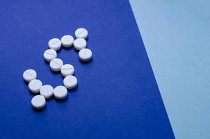 Geld ausgeben, um Pillen zu kaufen. foto