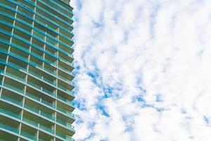 Gebäude mit bewölktem Himmel und Kopienraum foto