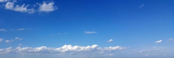 Panoramahimmel mit Wolken an einem sonnigen Tag. foto