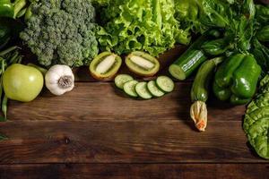 Komposition aus saftig-grünem Gemüse, Gewürzen und Kräutern foto