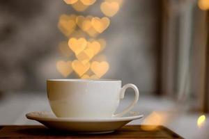 eine Tasse mit einem heißen belebenden Morgengetränk foto