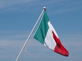 italienische flagge von italien über blauem himmel foto