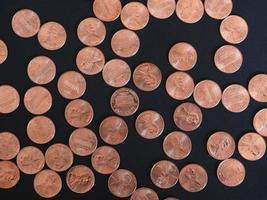 Ein-Cent-Dollar-Münzen, Vereinigte Staaten über Schwarz foto