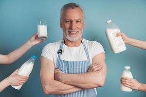 hübscher, lächelnder Mann steht auf blauem Hintergrund foto