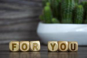 das Wort für dich auf Holzwürfeln auf einem unscharfen Hintergrund in der Nähe foto