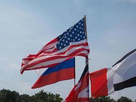 britische, russische und amerikanische flaggen foto