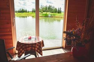 Tisch drinnen mit schönem Panorama draußen foto