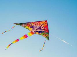 bunte zitate fliegen in den windblauen himmel. einen Drachen hoch fliegen lassen. foto