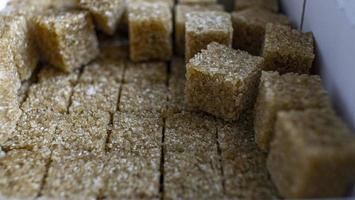 Nahaufnahme Haufen raffinierter Rohrzucker. raffinierter Zucker aus Rohr foto