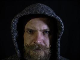 Porträt eines Mannes mit Bart und Schnurrbart in der Kapuze foto