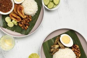 Flache traditionelle Nasi Lemak-Mahlzeitzusammensetzung foto