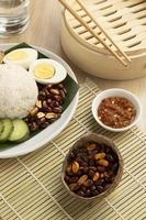 traditionelles Nasi-Lemak-Mahlzeitenarrangement foto