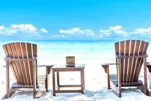 Sommerurlaub Hintergrund mit Liegestühlen foto