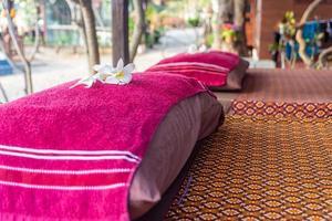 Kissen auf dem Bett am Meer. Thai-Massage-Konzept. foto