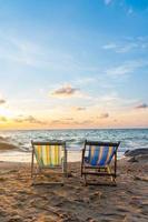 Sommerurlaub Liegestühle am tropischen Strand foto