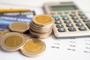 Kreditkartenmodell und Münzen mit Einkaufswagenbox, foto