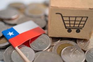 Stapel Münzen, Warenkorb mit Chile-Flagge, Finanzkonzept. foto