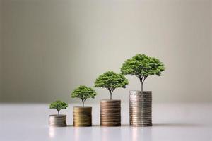 zeigt finanzielle Entwicklungen und Geschäftswachstum mit einem wachsenden Baum auf einer Münze. foto
