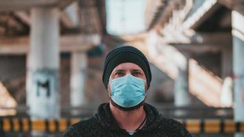 Mann in einer medizinischen Maske zum Schutz vor Grippe oder Coronavirus foto