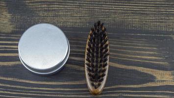 Bartbürste und Wachsdose für Bart und Schnurrbart foto