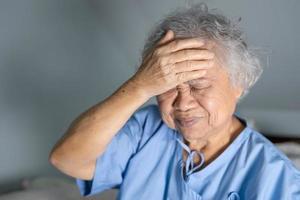 asiatische ältere Frau Patientin Kopfschmerzen foto