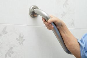 asiatische ältere Frau Patient benutzt Toilette Badezimmer Griff Sicherheit foto