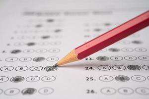 Antwortbögen mit Bleistiftzeichnung füllen, um die Auswahl zu treffen foto