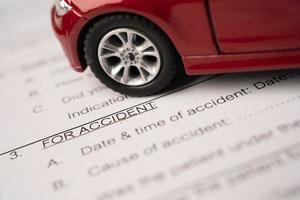 Stethoskop auf Versicherungsantrag Unfallfahrzeugformular, Autokredit foto
