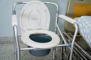 Kommodenstuhl oder mobile Toilette können sich im Schlafzimmer bewegen foto