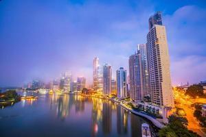 Brisbane City Skyline und Brisbane River in der Dämmerung foto