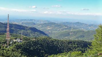 Panorama der italienischen Apenninen, Bergdörfer, Funkturm foto
