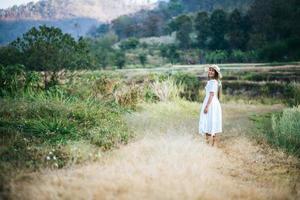 Frau mit Hut Glück in der Natur foto