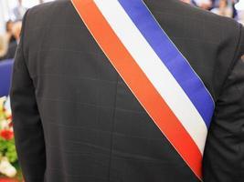 französischer Bürgermeister mit Schärpe foto