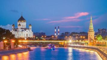 Panoramablick auf den Moskauer Fluss und den Kremlpalast in Russland foto