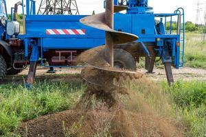 Tracer-Traktor mit Schnecke zum Bodenbohren für Pfähle foto