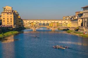 ponte vecchio über dem arno fluss in florenz foto