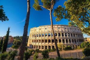 Ansicht des Kolosseums in Rom mit blauem Himmel foto
