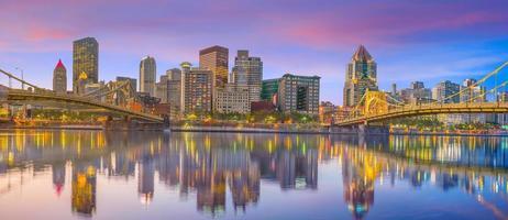 Panorama der Innenstadt von Pittsburgh in der Dämmerung foto