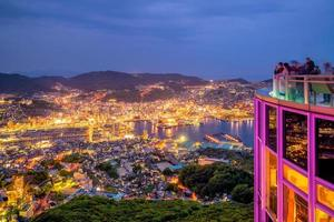 Wunderschönes Panorama-Luftbild der Skyline von Nagasaki bei Nacht? foto