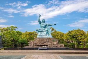 Friedensstatue im Nagasaki Peace Park in Japan foto