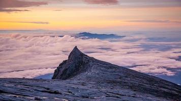 Naturlandschaft an der Spitze des Mount Kinabalu in Malaysia foto
