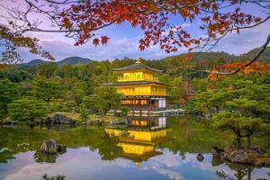 der goldene pavillon des kinkaku-ji-tempels in kyoto, japan foto
