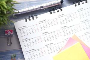 Januar 2022 im Kalender auf dem Schreibtisch foto