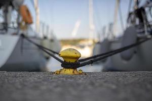 2 Yachten gesichert auf einem Metallpoller foto