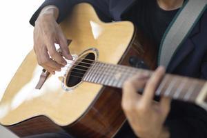 Nahaufnahme Hand spielt Gitarre Musik Zeit foto