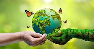 Konzept rette die Welt rette die Umwelt die Welt liegt im Gras foto