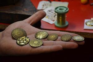 Kupfer-, Gold- und Silberverzierungen von einem Goldschmied im traditionellen Stil foto