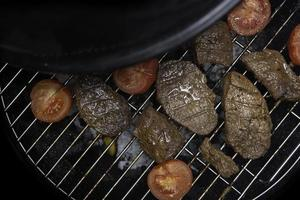 saftige Grillfleischstücke gegrilltes Fleisch foto