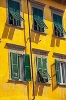 Fassadendekoration in der Skyline der Innenstadt von Pisa, Italien foto