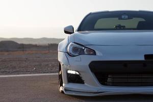 Autos auf der Rennstrecke und auf den Straßen der Wüste foto